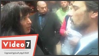 بالفيديو فيفى عبده وابنتها الفنانة الشابة عزة مجاهد فى عزاء الفنانة فيروز
