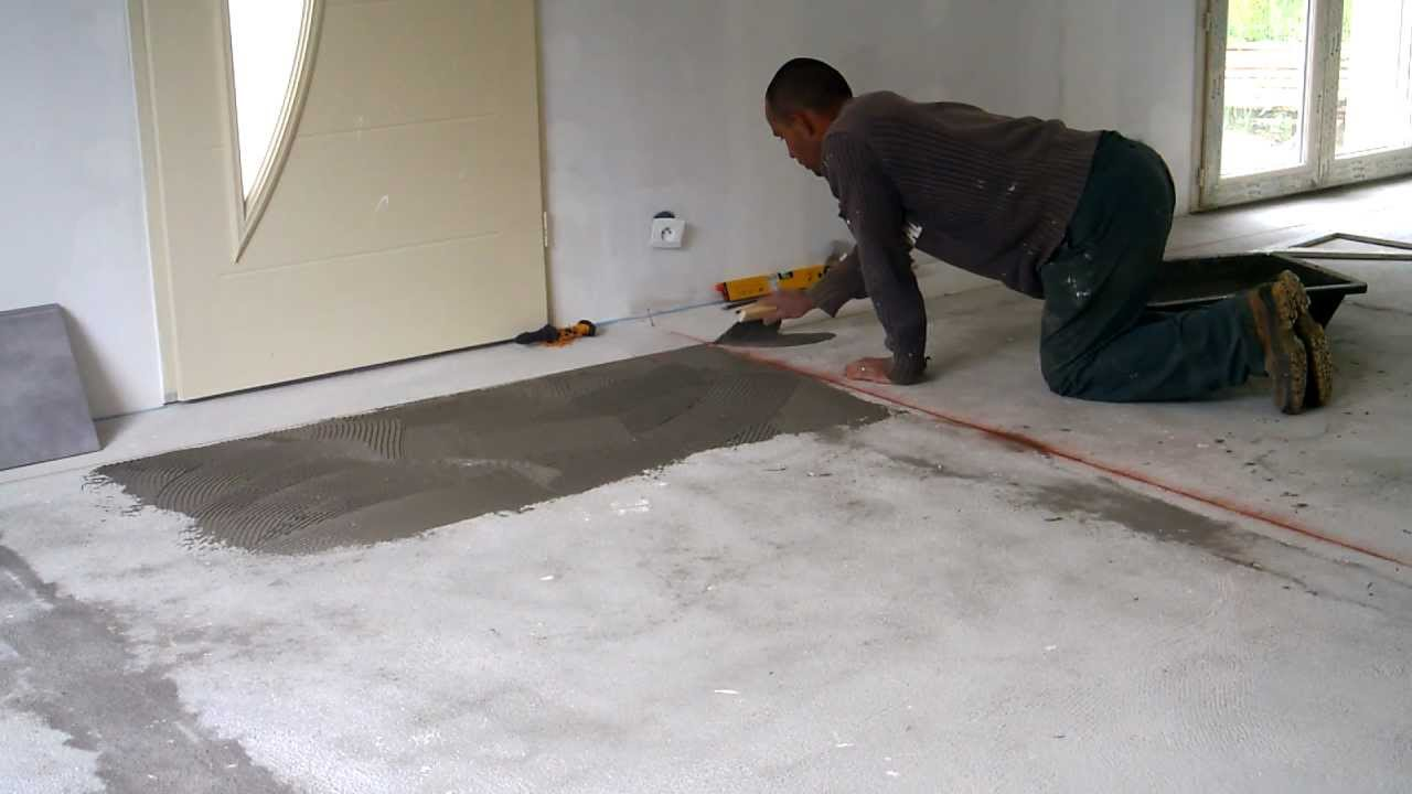 Pose carrelage altern partie4 d but de la pose youtube for Carrelage salle de bain gris 30x60