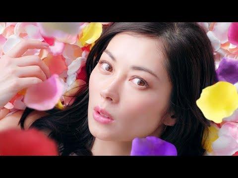 伊東美咲、久々のCM出演で花びらに包まれる 『パーフェクトアスタコラーゲン』新CM「満ち、満ちる、美しさ」篇