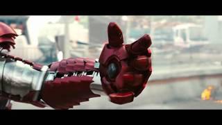 Es la escena de la película IronMan 2 en la que Tony Stark se pone ...