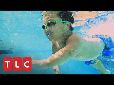 ¡Alex y Emma aprenden a nadar! | Una gran familia | TLC Latinoamérica
