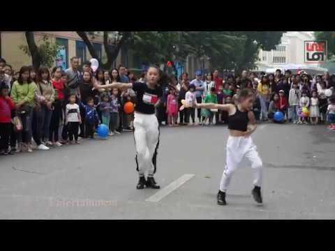 Hai chị em làm náo loạn cả phố đi bộ Hà Nội