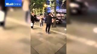 شاهد رجل يضرب زوجتة الخائنة بعنف في الشارع.. وهذا ماحدث مع ابنتها