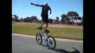 Робот на велосипеде!