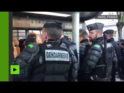 A Paris, des gendarmes ferment la station La Motte-Piquet-Grenelle pour bloquer les identitaires