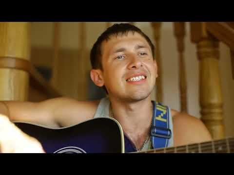 Паренек нереально поёт на лестнице