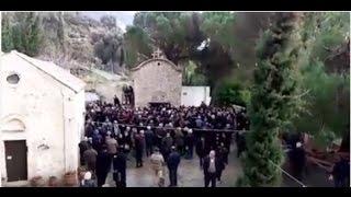 Салютом из автомата Калашникова отметили похороны священника на Крите