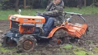 Kubota 6001 wyjazd z błota. Japoński traktorek ogrodowy. www.akant-ogrody.pl