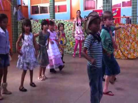 alunos em apresentação de coreografia na festa junina da da escolaalunos em apresentação de coreografia na festa junina da da escola leônidas paiva