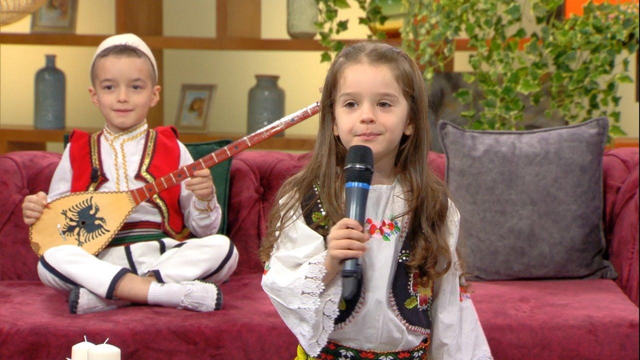 Download E lindur per kercim, 5 vjeçarja show ne studio, i vellai e shoqeron me çifteli | ABC News Albania