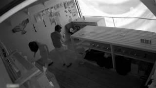 Камера сняла воров в Саратове, пролезших в тир через подкоп