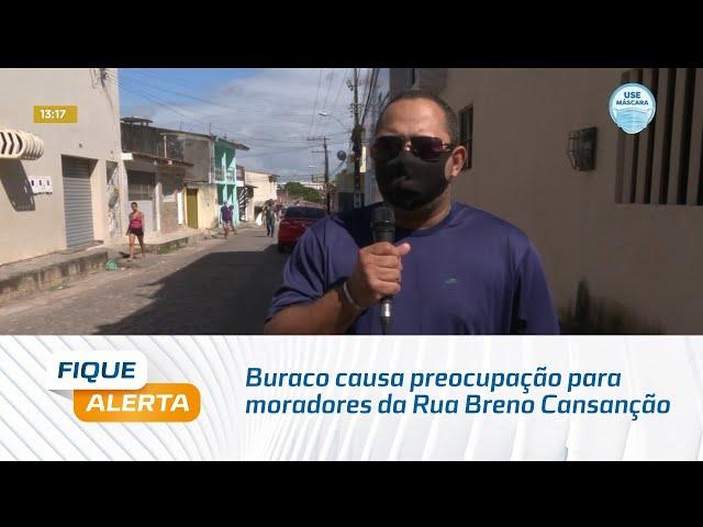 Buraco causa preocupação para moradores da Rua Breno Cansanção, no Jacintinho