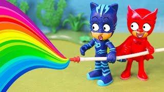 ⚡ PJ MASKS ⚡ Buhita y Gatuno juegan con una manguera de arcoiris de colores