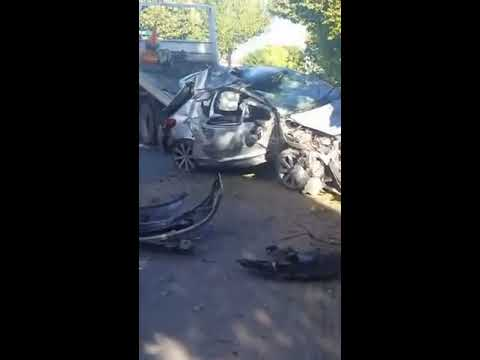 Un auto chocó contra un árbol y el conductor resultó ileso