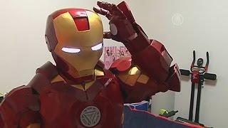 Тайванец сделал себе костюм Железного Человека (новости)(http://ntdtv.ru/ Тайванец сделал себе костюм Железного Человека. На что только не способны поклонники известных..., 2015-05-19T11:41:46.000Z)