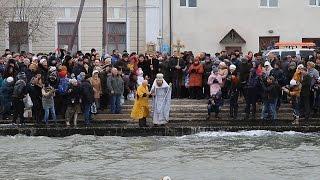 Керчане купались в море на Крещение в трехградусный мороз
