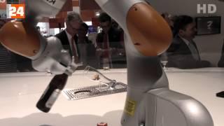 Kuka - Hannover Messe 2015 -  Industrie 4 0 - Roboter schenkt Bier ein