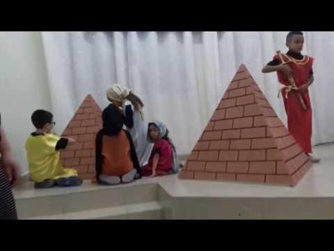 Apresentação das crianças da Menibrac comemorando a Páscoa