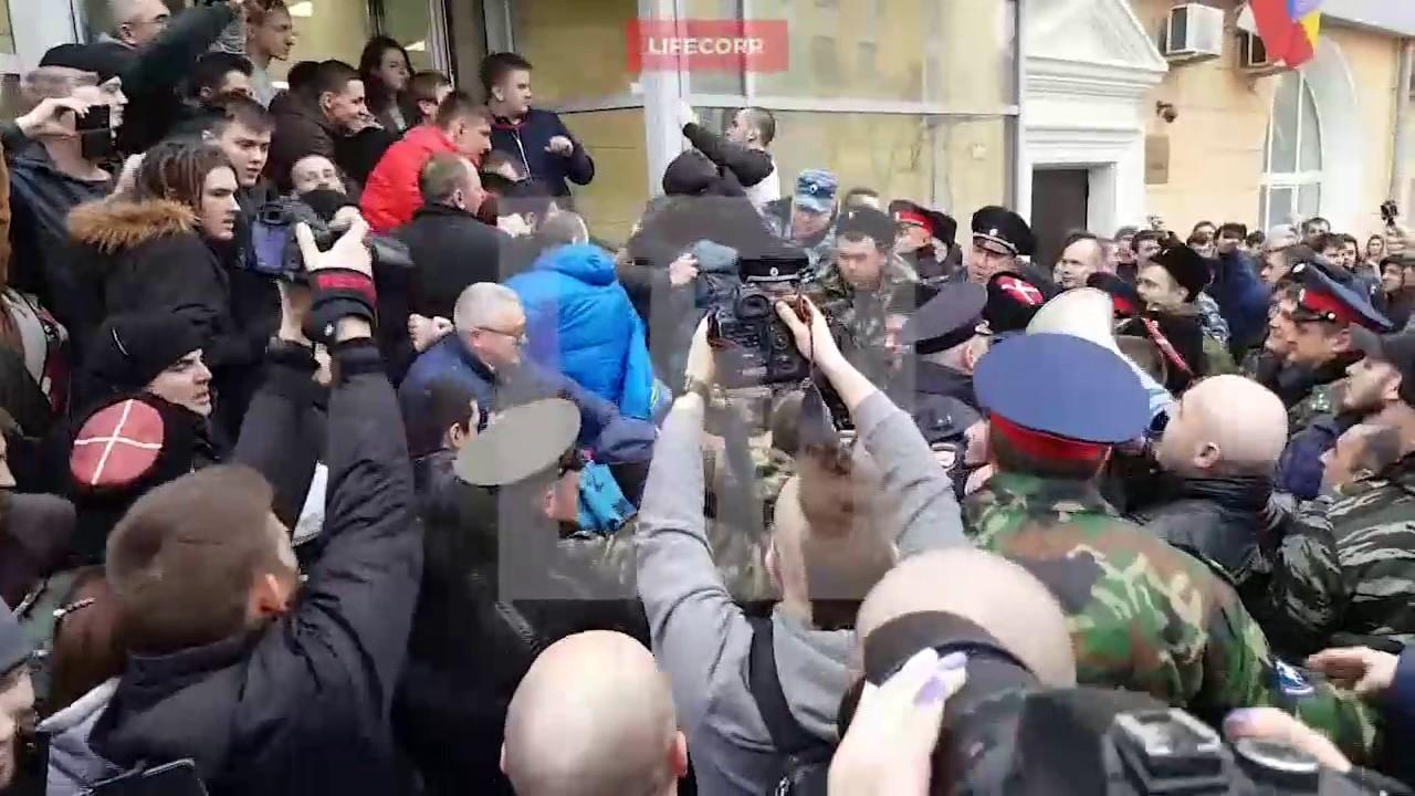 В Волгограде избили Навального за глумление над статуей Родина мать
