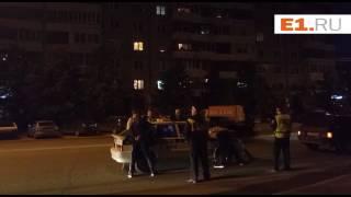 В Екатеринбурге экипаж ГИБДД остановил автомобиль и устроил в нем обыск