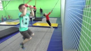Акробат- спортивный центр. Прыжки на батуте для детей(Спортивный центр Акробат http://akrobatclub.ru/ Занятия прыжками на батуте и акробатикой для детей от 3 до 12 лет., 2015-02-17T14:47:24.000Z)