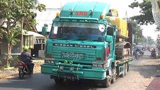 UD Nissan Diesel Self Loader Truck Transporting Komatsu PC200 Excavator