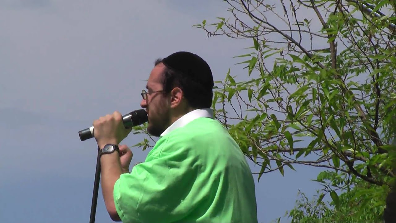 Lipa Schmeltzer Sings New Song at Lag B'Omer Parade