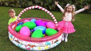 ダイアナ、サプライズの大きな卵と遊ぶ。