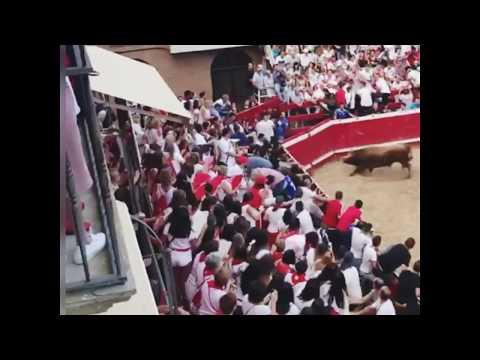 Un toro siembra el pánico en la plaza navarra de Villafranca