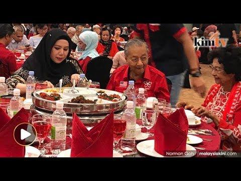 Pengkritik Anwar, Ummi Hafilda duduk semeja bersama Dr M