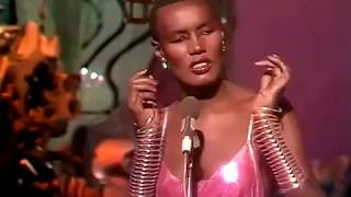 LA VIE EN ROSE interpretada por Grace Jones [Letra de Edith Piaf]