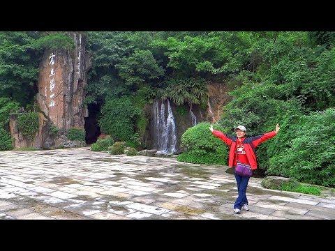 峨眉山報國寺穿越林蔭到大門口 Bao Guo Temple Emeishan, Sichuan (China)