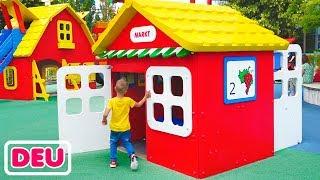 Riesiger Vergnügungspark für Kinder Vlad und Nikita haben Spaß