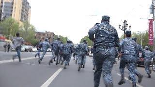 Ինչպես են ոստիկանները փախչում՝ տեսնելով մոտեցող ցուցարարներին