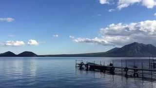 支笏湖は、国内有数の透明度を誇る美しい湖。支笏湖ブルーと呼ばれる青...