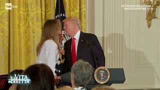 Melania Trump bacia Donald in pubblico. Alla faccia dei pettegolezzi - La Vita in Diretta 17/05/2017