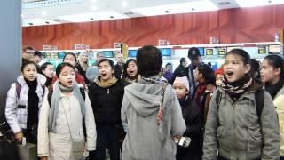 Loboc Children's Choir sings IKAW at Madrid Airport