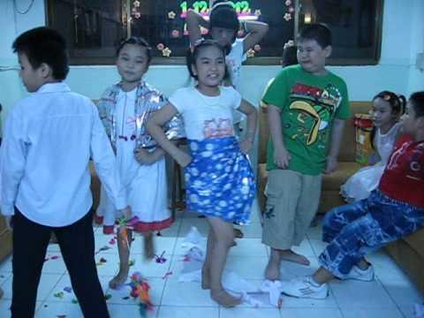 hot với biểu diễn thời trang bằng giấy gói quà ngay trong sinh nhật của học sinh lớp 5