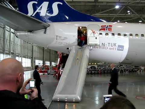 737 Emergency Slide Deployment Youtube