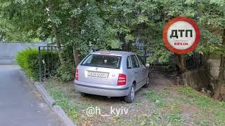В Киеве в шевченковском районе неизвестные наказывают автомобили, стоящие на зелёной зоне.