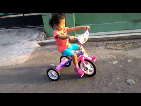 Alya Senang Naik sepeda Anak Roda 3