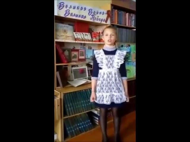 Изображение предпросмотра прочтения – ВикторияКарпова читает произведение «Майор привез мальчишку на лафете...» К.М.Симонова