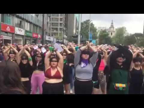 """""""El violador eres tu"""": Potente intervención feminista frente a comisaria de Santiago COMPLETA"""