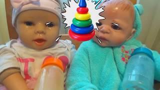 Дети укладывают кукол спать Вечер с куклами
