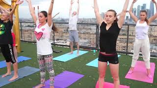 Урок йоги на крыше