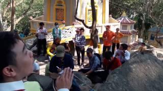 Thầy Dương Đức Minh thuyết trình giảng dạy lớp hướng dẫn viên du lịch thực tập ở núi Bà Đen