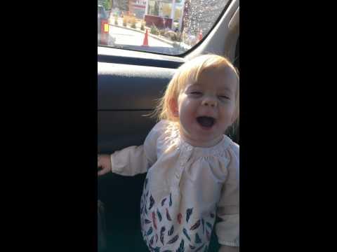 Esta niña adora a Adelle