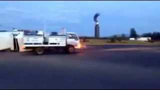 Exceso de carga volteó un trailer en la Glorieta del Huevo en Tepatitlán