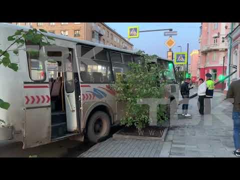 Автобус врезался в столб в центре Красноярска