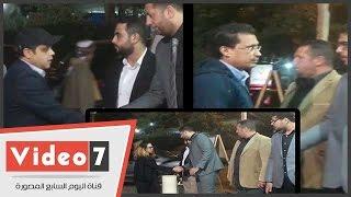 بالفيديو.. دنيا عبد العزيز وهنيدى وأحمد عيد فى عزاء والدة الفنان طارق عبد العزيز